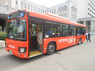 伊予鉄道株式会社が作成した「思いやり1.5m」ラッピングバス