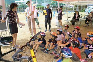 上鶴先生から、安全な自転車の乗り方を教わります