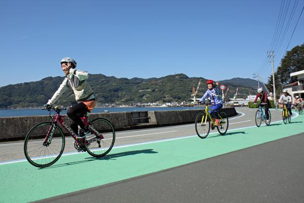 秋晴れの空と青い海、絶好のサイクリング日和