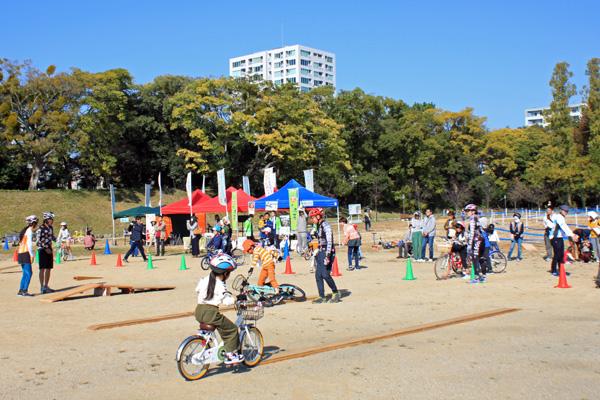 暖かい秋の晴天、絶好のサイクリング日和で