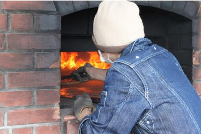 レンガ窯で焼く自家製ピザ