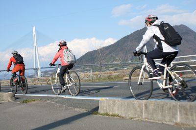 しまなみを駆け抜ける女子サイクリスト