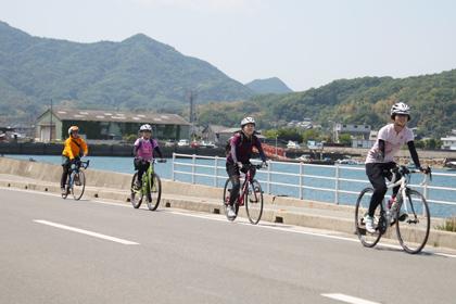 しまなみ海道を走る参加者の皆さん