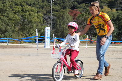 最後に、少し離れたパパ・ママ目指して補助輪を外した自転車で走行
