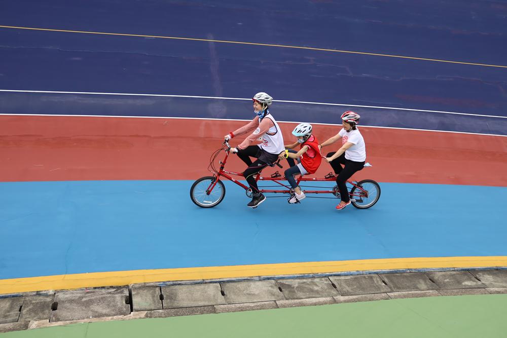 3人乗りのタンデム自転車で走行