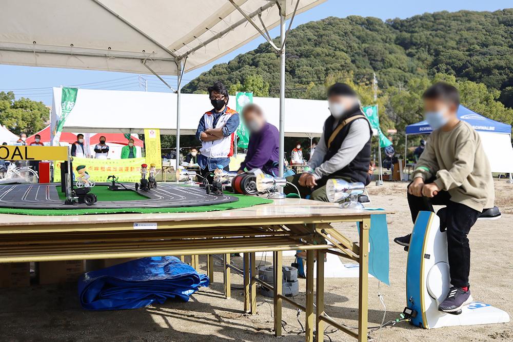 サイクル発電スロットカー競争
